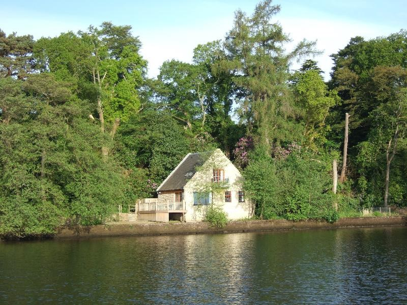 Waterside luxury self catering lodges and cottage that overlook Loch Lomond in Scotland