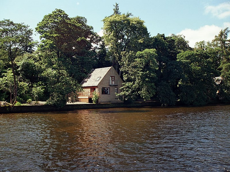 Self Catering Lodges and Cottages that overlook Loch Lomond in Scotland