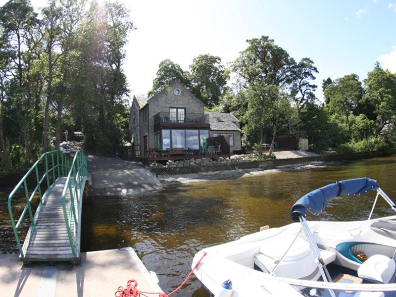 Luxury Self Catering Lodges and Cottages with a jetty lodge onto Loch Lomond in Scotland